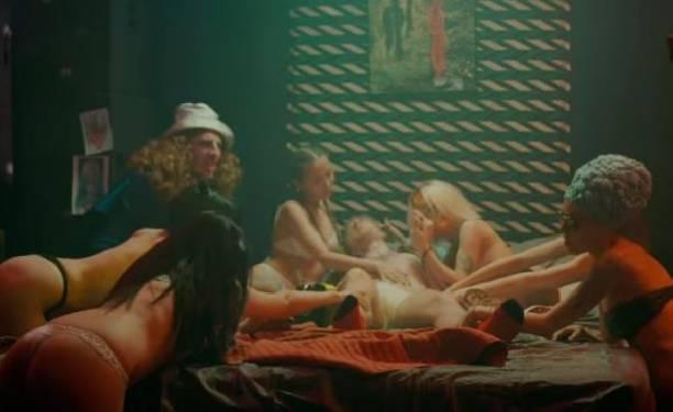 Чрезмерно сексуальный клип певицы KISA вызвал возмущение борцов за нравственность (видео)