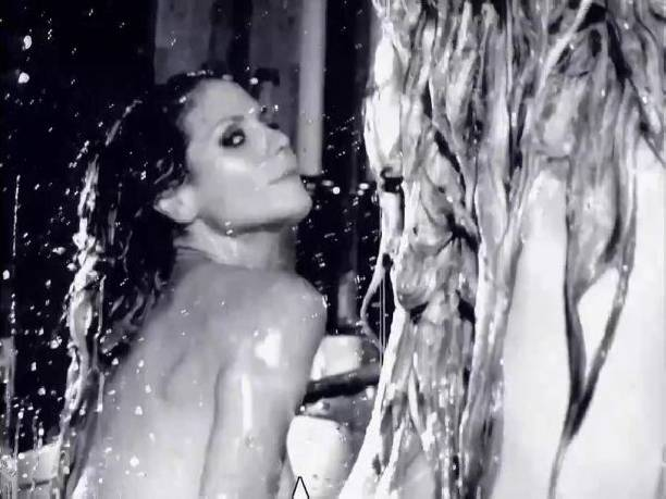 Совершенно обнаженная Хайди Клум снялась в ролике для календаря Love Advent