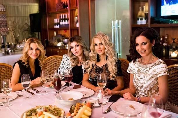 Ольга Бузова отпраздновала собственный день рождения вкомпании девушек икавказских мужчин