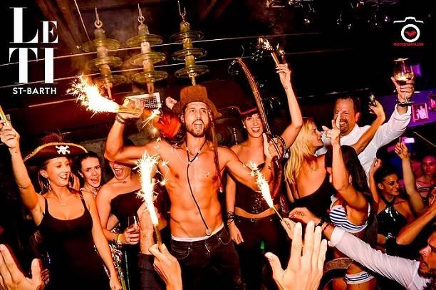 После расставания сВикторией Боней Алекс Смерфит окунулся вночные клубы курорта