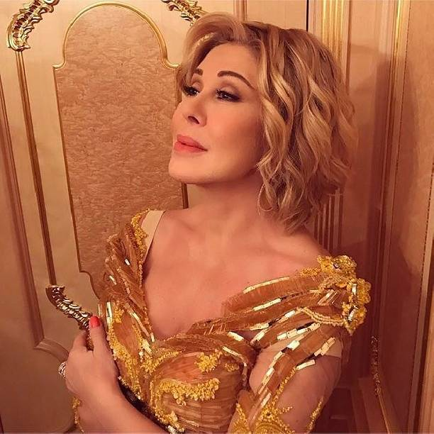 Любовь Успенская появилась напублике всупер открытом платье