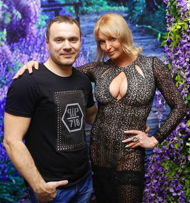 Анастасия Волочкова надела белые трусы под черное прозрачное платье