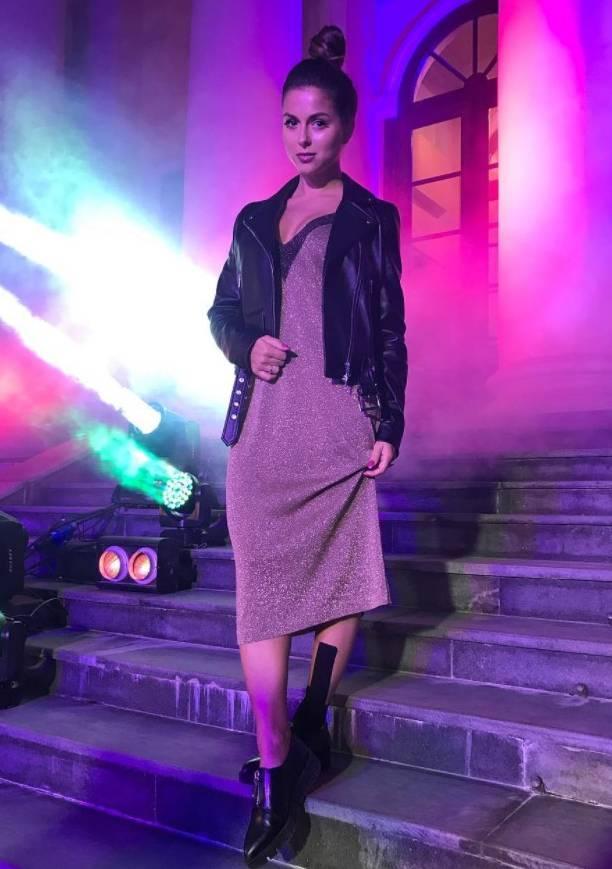 Певица Нюша отлично выглядит, как на каблуках, так и в коротких шортах