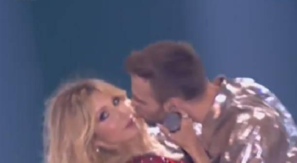 На «Муз-ТВ-2017» Барских поцеловал Лободу прямо насцене