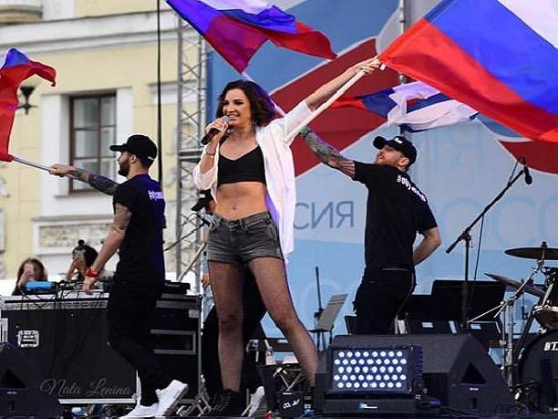 Чтобы подпевали: Ольга Бузова платит подросткам по200 руб.