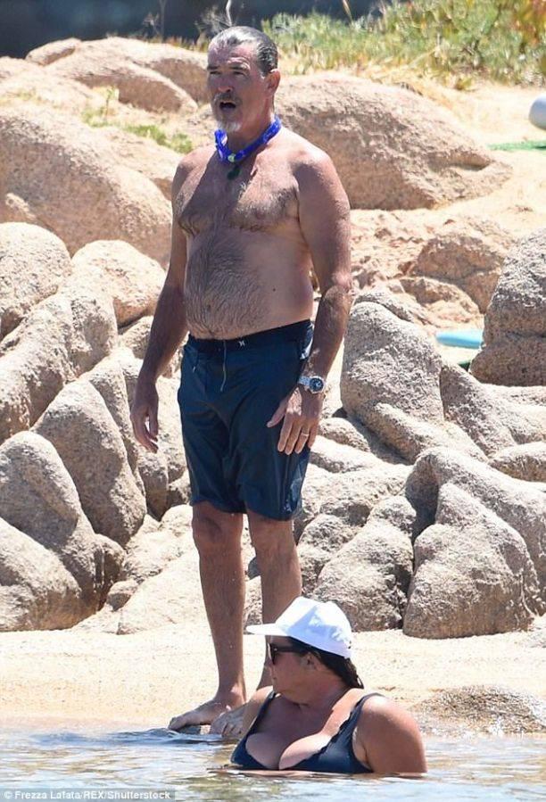 Жена Пирс Броснана произвела фурор на пляже Сардинии
