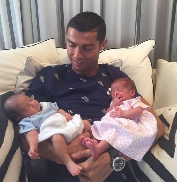 Криштиану Роналду обнародовал  фото совсеми тремя детьми