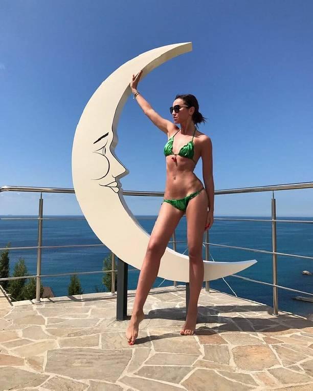 Откровенная фотосессия: Бузова вновь шокировала фанатов голыми снимками