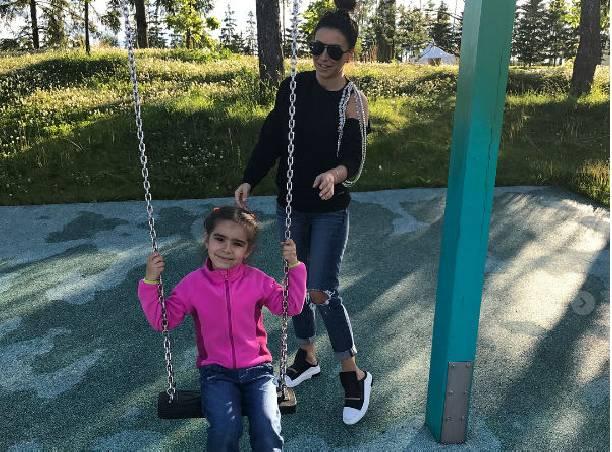 Ани Лорак отказалась отдавать дочь вшколу