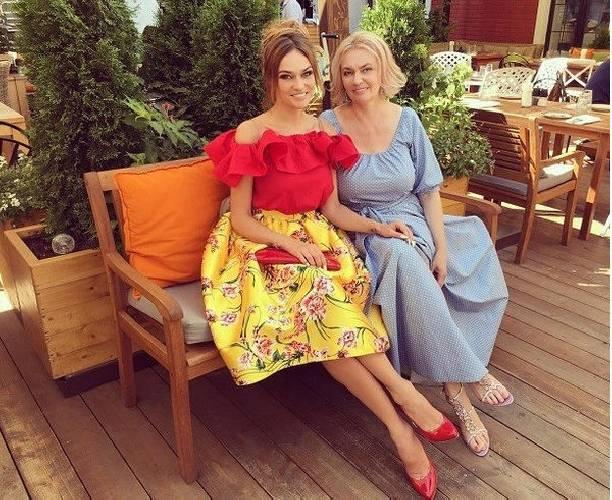 Алена Водонаева публикует интригующие фото без нижнего белья