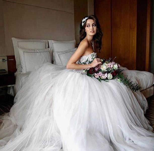 Анастасия Костенко показала очередное свадебное платье