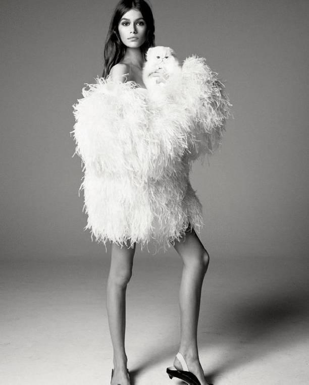 Кайя Гербер продемонстрировала невероятно худые ноги в новой фотосессии