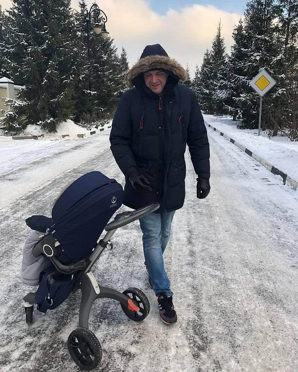 Ксения Собчак подкрепила пост о количестве сексуальных партнеров новым снимком сына и мужа