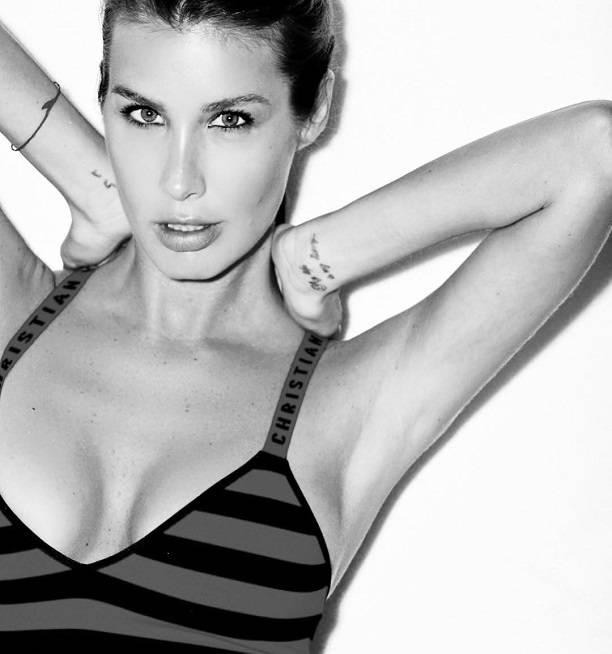 """Кэти Топурия представила """"горячую"""" фотосессию в откровенных купальниках"""