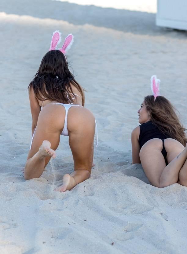 Голые на пляже фото  пляжные девушки