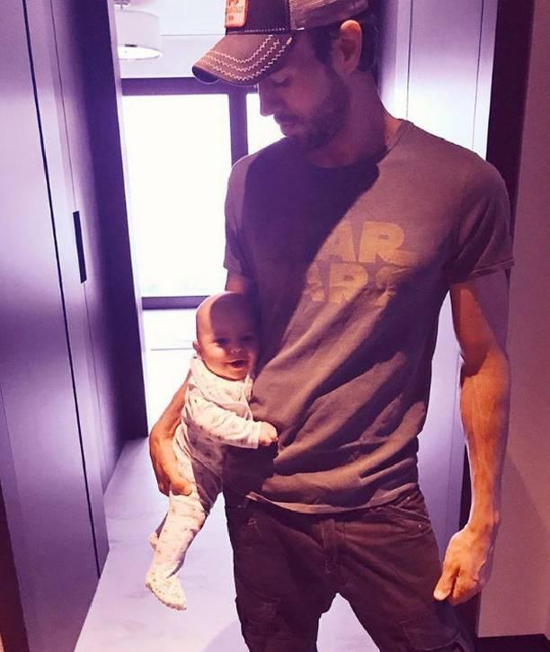Энрике Иглесиас продемонстрировал одного из собственных маленьких близнецов