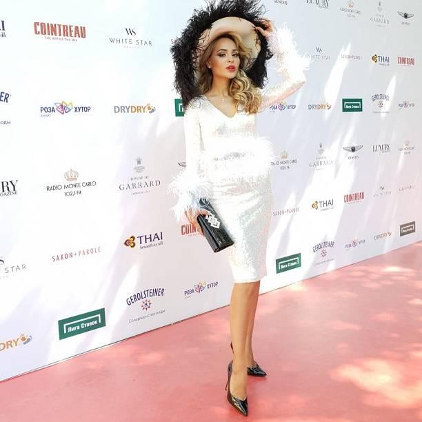 Располневшая Анна Калашникова еле влезла в платье