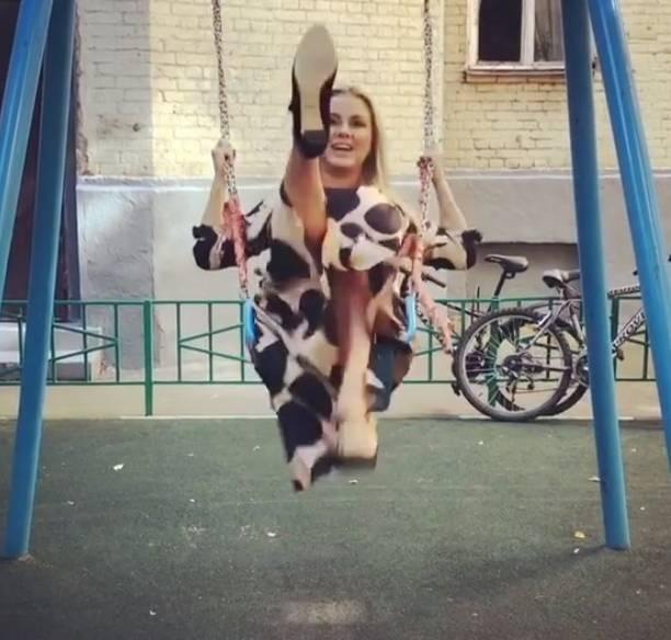 Анна Семенович засветила трусики, качаясь на качелях