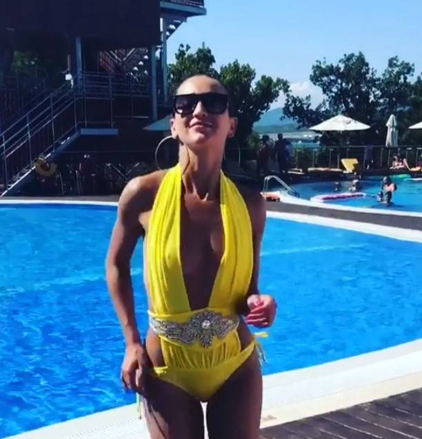 От плоской груди Ольги Бузовой в жёлтом купальнике сложно оторвать взгляд