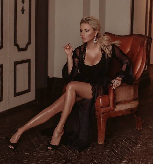 Анна Семенович обмазала свои ножки в масле