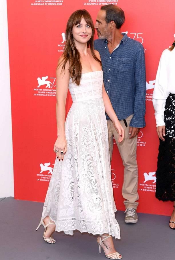 Дакота Джонсон украсила невинным нарядом 75-ый Венецианский кинофестиваль