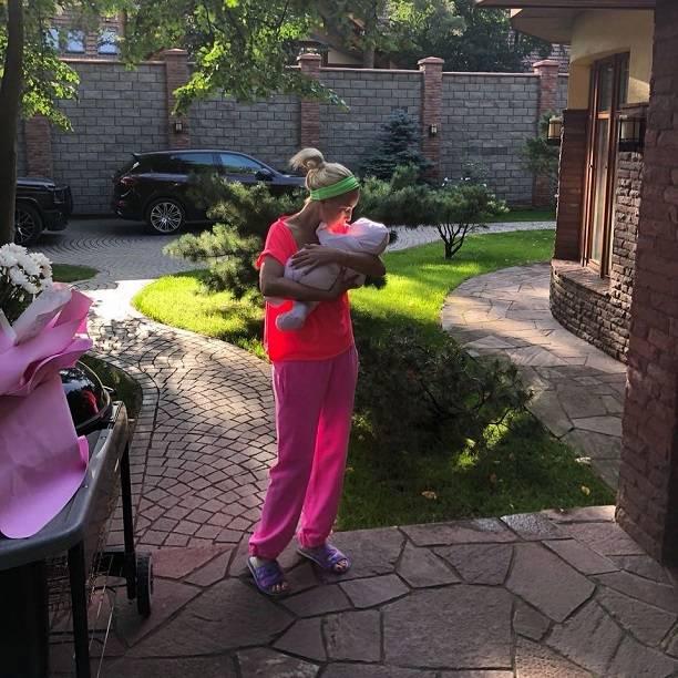 Лера Кудрявцева сбежала от новорожденной дочери