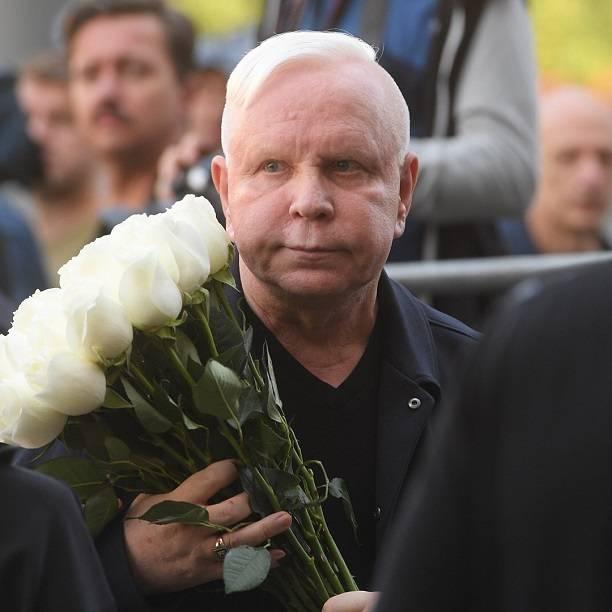 Борис Моисеев еле передвигается без посторонней помощи