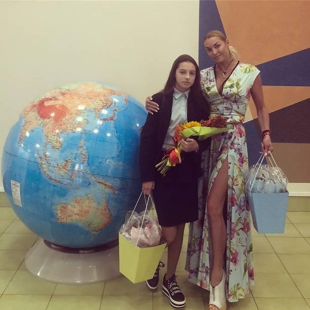 Анастасия Волочкова порадовала одноклассников Ариши откровенным платьем и пообещала «порвать» торжественную линейку