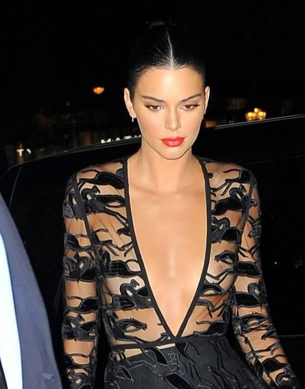 Кендалл Дженнер засветила обнаженную грудь в прозрачном платье