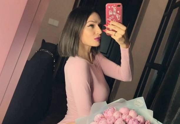 Алена Водонаева рекламировала пионы, но показала всем попу