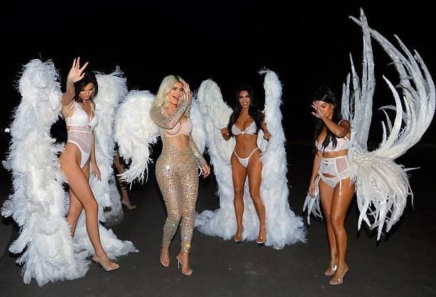Сестрички Кардашьян прошлись по улице в нарядах сексуальных ангелов