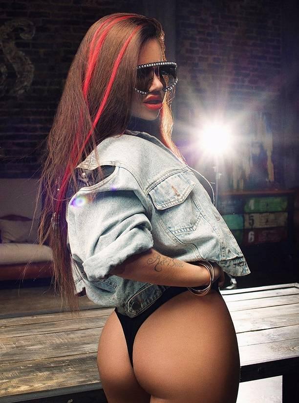 Певица Бьянка снялась в эротической фотосессии, позируя топлесс