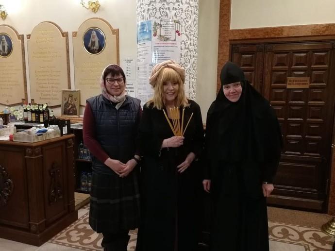 Алла Пугачёва пришла в храм, укрыв голову чем-то очень нелепым