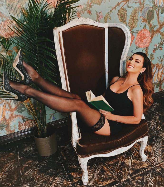Анна Седокова устроила сексуальную фотосессию в чулочках