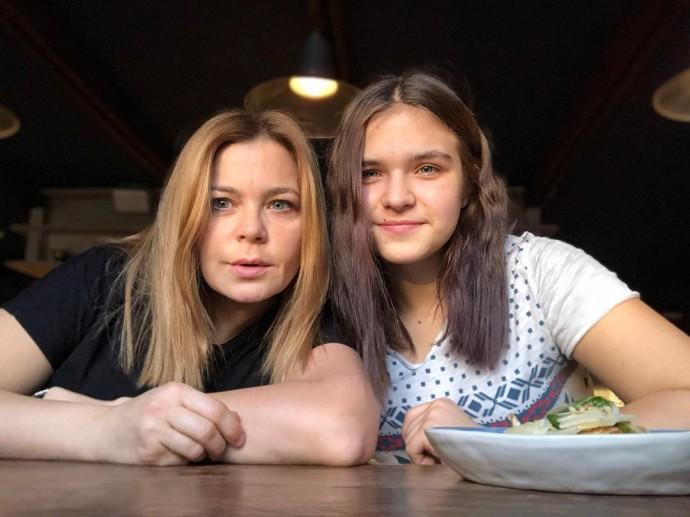 Ирина Пегова в стильной рубашке пришла на премьеру фильма с дочкой