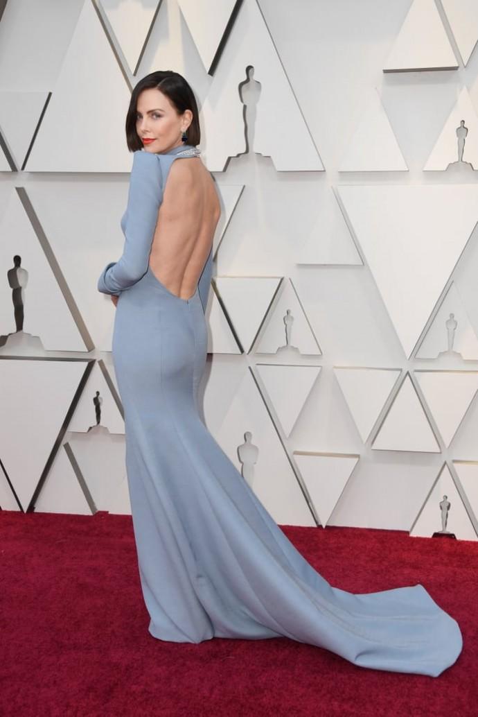 Шарлиз Терон удивила радикальной сменой имиджа и платьем с открытой спиной