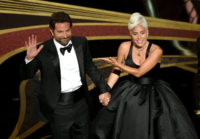 """Леди Гага в украшении Одри Хепбёрн забрала заветную статуэтку """"Оскар 2019"""""""