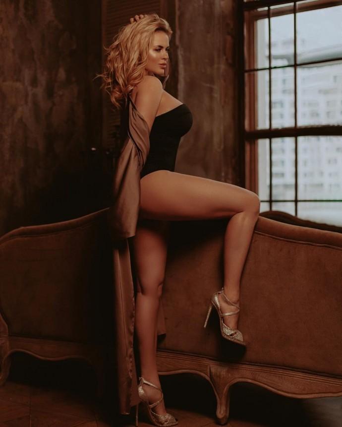 Анна Семенович решила взбудоражить мужчин круглой грудью и плоским животом