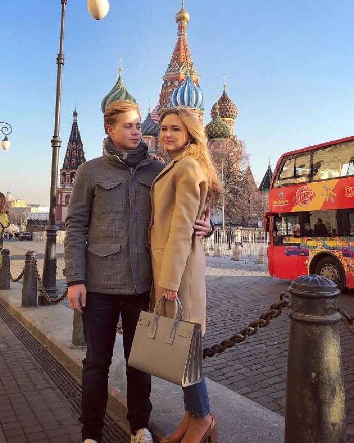 СтефанияМаликова вышла в свет с новым бойфрендом