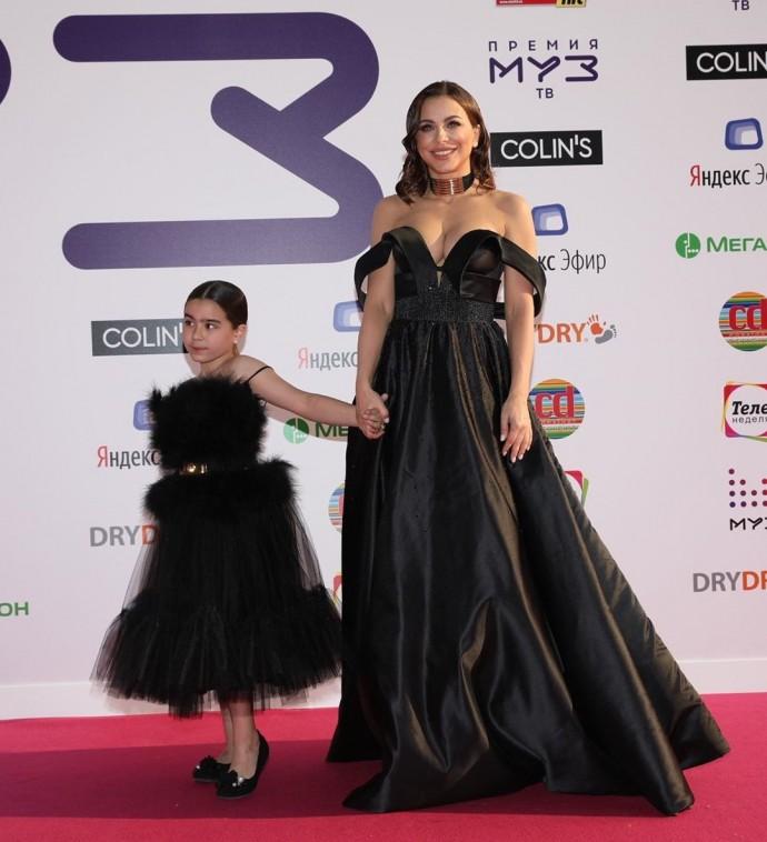 Ани Лорак вывела дочь на красную дорожку и обнажила грудь