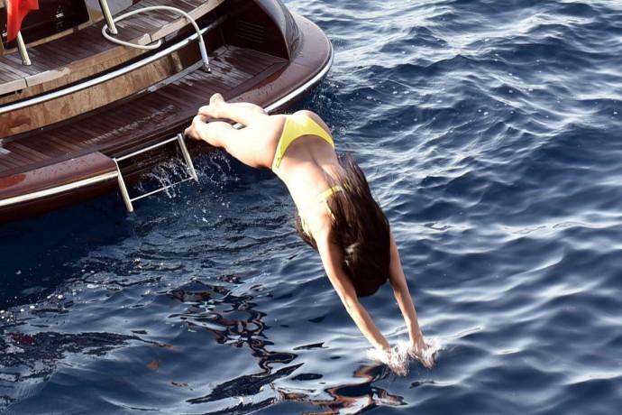 Папарацци следили за Николь Шерзингер во время купания и сделали несколько забавных кадров её попы, торчащей из воды