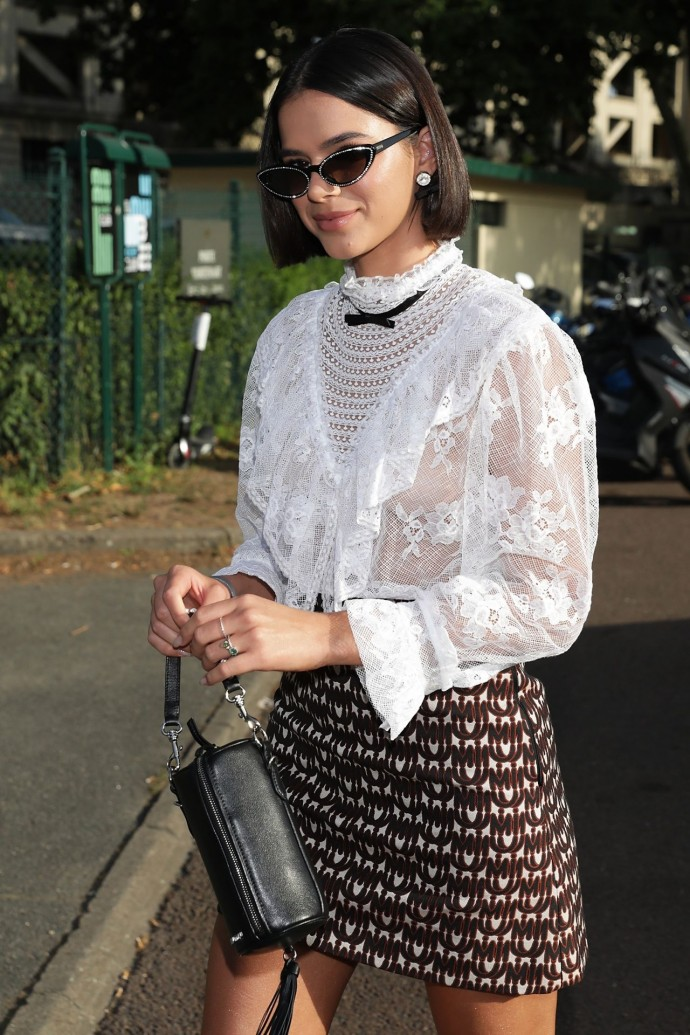 Бруна Маркезини надела блузочку, чтобы показать аккуратную грудь