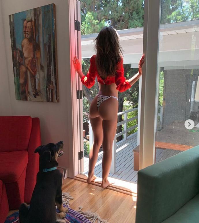 Эмили Ратаковски подставила попку под нос псу