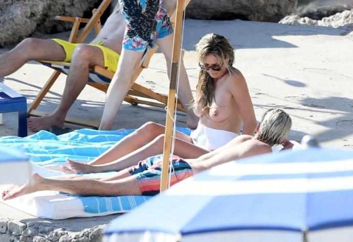 Обнаженная Хайди Клум загорала на пляже в компании мужа и приятеля