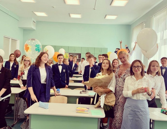Анастасия Волочкова без лифчика отправилась к дочери в школу