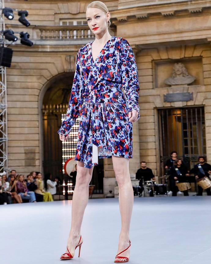 Светлана Ходченкова вышла на подиум показа новой коллекции L'Oreal в Париже