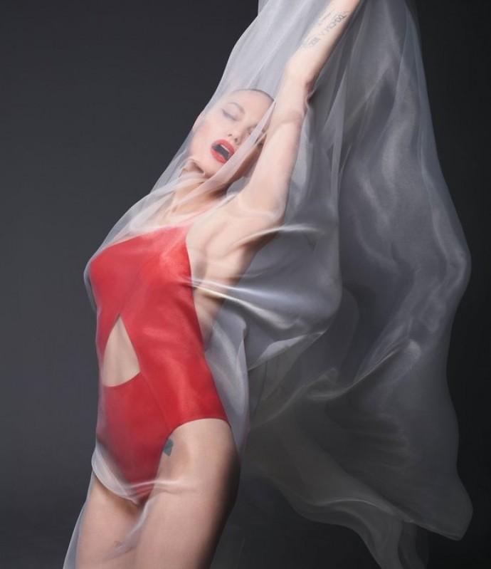 Анджелина Джоли полностью обнажилась в новой фотосессии
