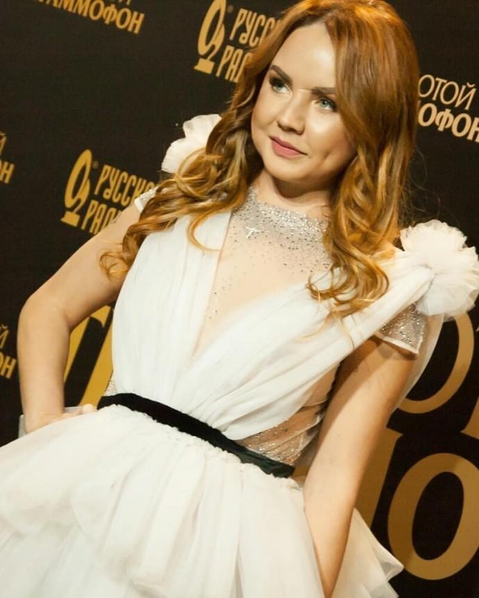 Откровенное платье МакSим не смогло отвлечь внимания поклонников от её опухшего лица