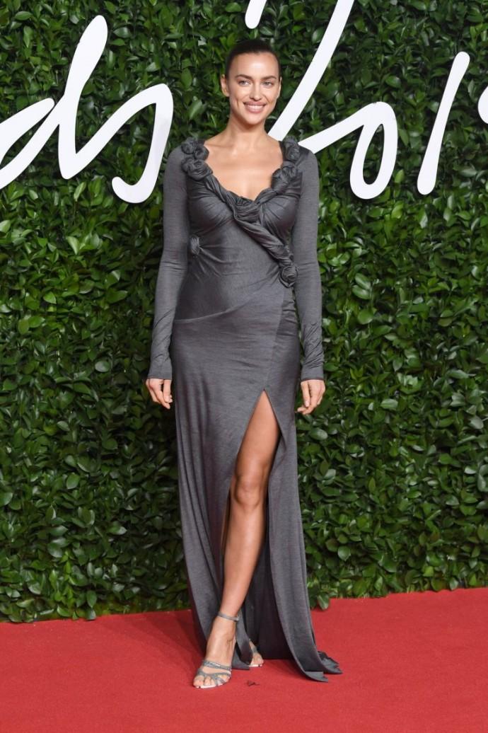 В Сети обсуждают платье Ирины Шейк на The Fashion Awards 2019