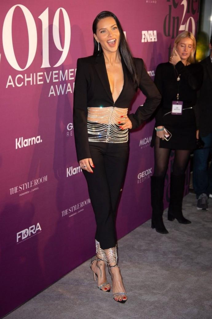 Адриана Лима надела необычный топ-пиджак со стразами